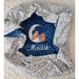 Couverture doublée avec prénom et motif (doublure blanche fleurs bleues)